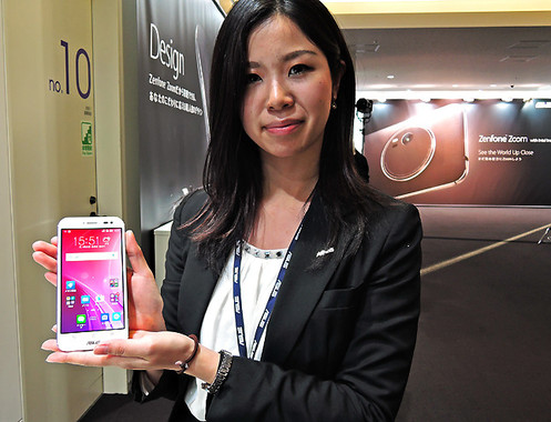 女性が手に持っている白い端末こそ「ZenFone Zoom」