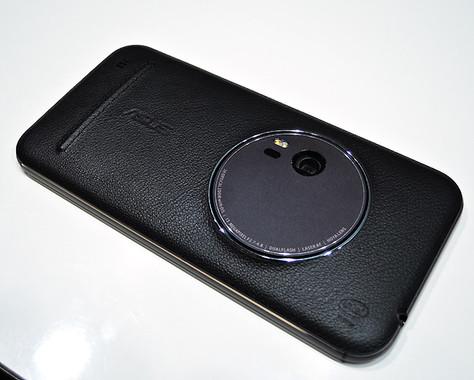 ZenFone Zoomの上位機種は背面パネルに本牛革を採用