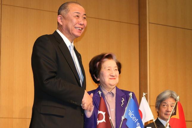 大野市の岡田高大市長(左)と日本ユニセフ協会の赤松良子会長(右)
