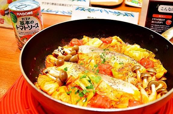 「トマトパッツァ」の作り方は簡単。カゴメ「基本のトマトソース」を入れ、食材を並べていくだけ
