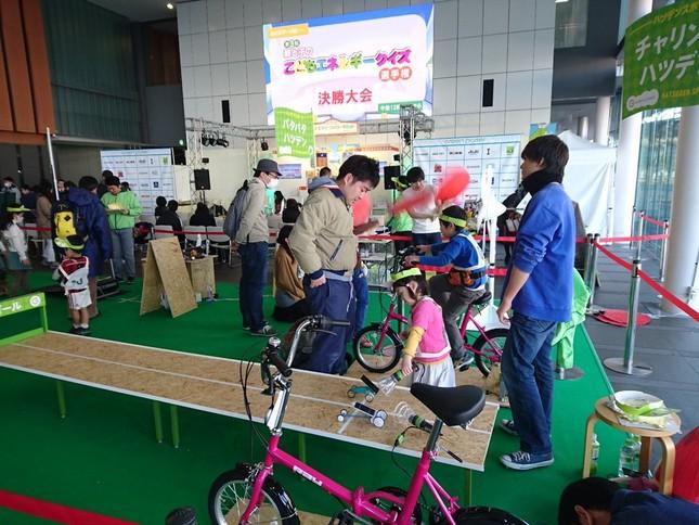 自転車をこいで発電した電球の明かりを利用したソーラーカーレースは行列ができるよどの人気