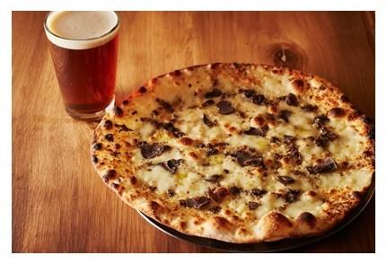 トリュフのピッツアとクラフトビール