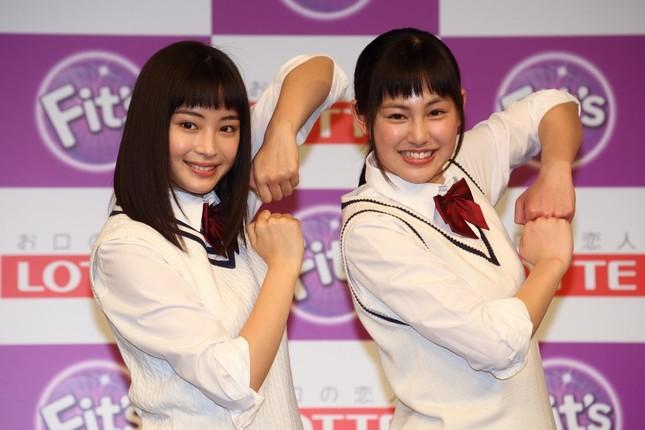 「Fit's(フィッツ)」の決めポーズをする広瀬すずさん(左)と南乃彩希さん