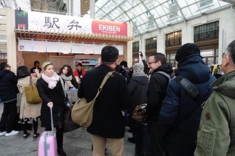 パリ・リヨン駅に現れた駅弁の売店にならぶ旅行客ら