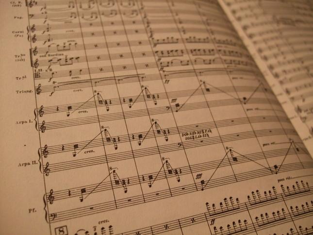 噴水の水を表すために、ハープやピアノといった楽器がオーケストラ内で活躍する