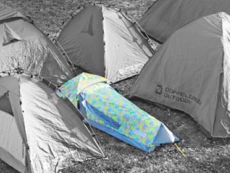 テントの隙間に簡単に設置できる