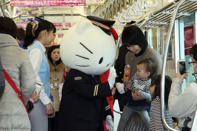 記念電車では招待客がハローキティとの写真撮影などを楽しんだ