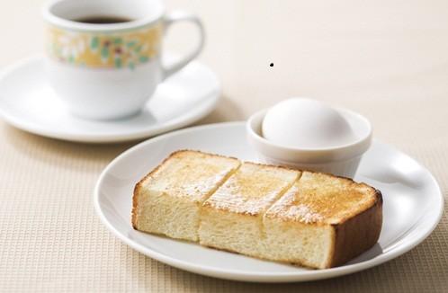 デニーズ新モーニング、コーヒーにトーストとゆでたまごが付いてくる