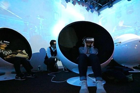 Galaxyの「Gear VR」で360度ライブストリーミングを体験中の、Underworldのファンたち(編集部撮影)