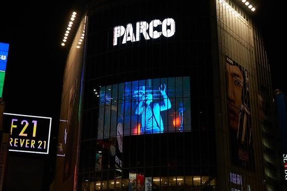 ライブ映像はJR渋谷駅前「QFRONT」の大型モニターにも放映された(パルコ提供)