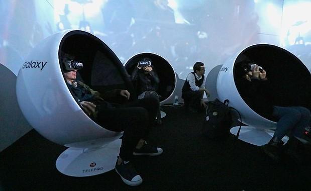 2次会場の「2.5D」では、ファンが交代で360度ライブストリーミングを体験