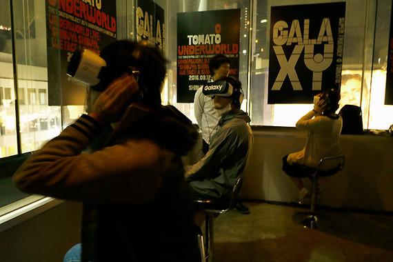 カウンター席でGear VRを装着する人の中には、音楽に合わせて激しく体を動かす人も
