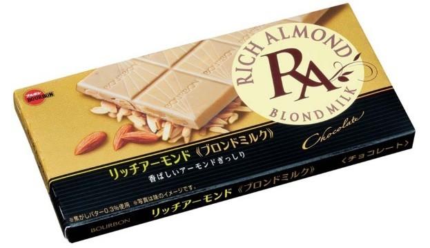 バター風味が広がるチョコレートの中にアーモンドがぎっしり