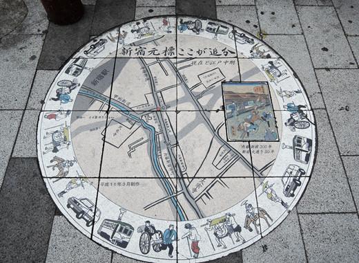 JTB CLOCKの直下の歩道には、「新宿元標ここが追分」の地図が埋め込まれている