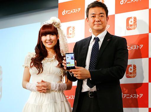 (写真左から)黒崎真音さん、NTTドコモ プラットフォームビジネス推進部の田中伸明担当部長