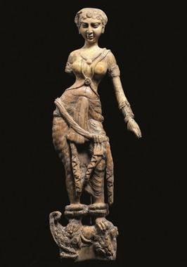 マカラの上に立つ女性像(1世紀)©NMA / Thierry Ollivier