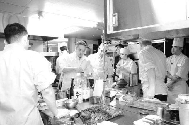 厨房で試作中の神田氏とホテルの和食料理人たち