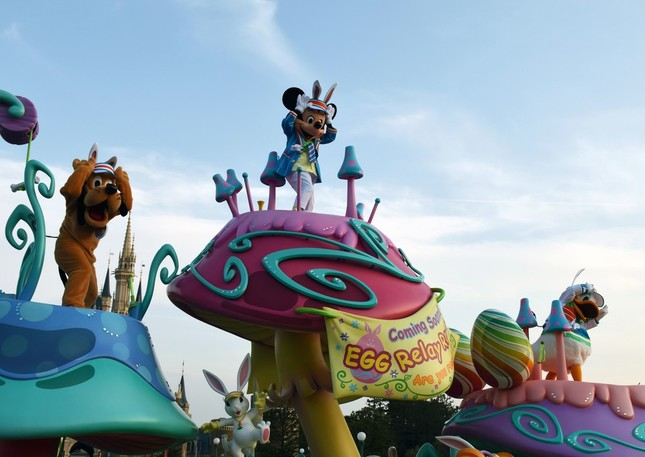 パレード「ヒッピティ・ホッピティ・スプリングタイム」。ミッキーマウス、ドナルドダック、プルートがエッグレースに備えて体力作りをするジム