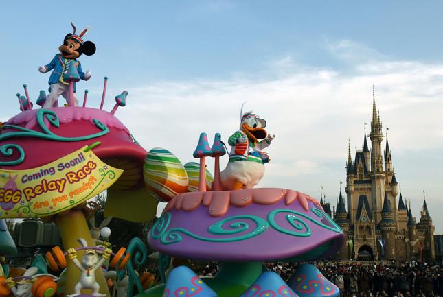 パレード「ヒッピティ・ホッピティ・スプリングタイム」。ミッキーマウスたちがエッグレースに備えて体力作りをするジムのフロート