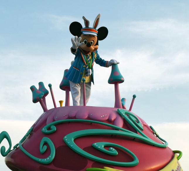 パレード「ヒッピティ・ホッピティ・スプリングタイム」。フロートからゲストらに手を振るミッキーマウス