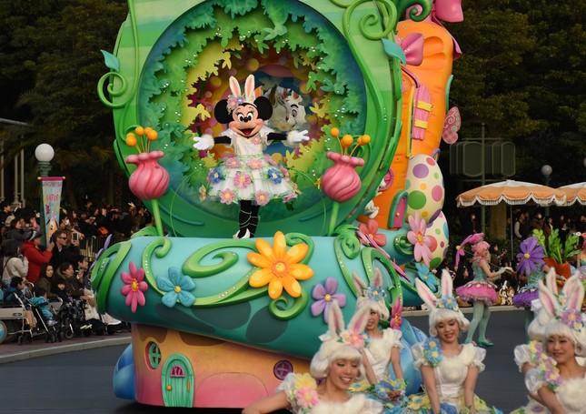 """パレード「ヒッピティ・ホッピティ・スプリングタイム」。ミニーマウスとイースターバニーたちが出迎える""""イースターガーデンの入口""""のフロート"""
