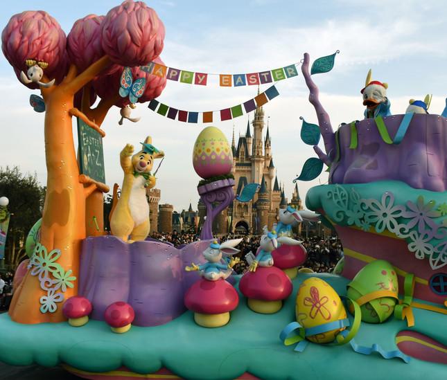 """パレード「ヒッピティ・ホッピティ・スプリングタイム」。ラビット先生が""""イースターの楽しみ方を教えてくれる学校""""のフロート"""