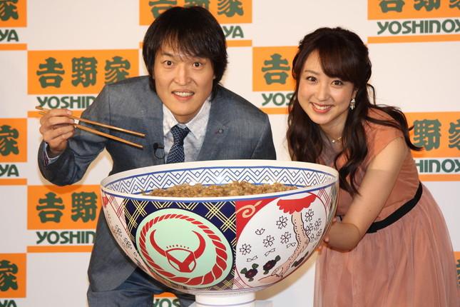 千原ジュニアさん(左)は誕生日に豚丼42人前をプレゼントされた