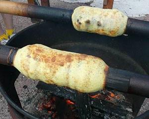 青竹を使用して焼き上げるバームクーヘン
