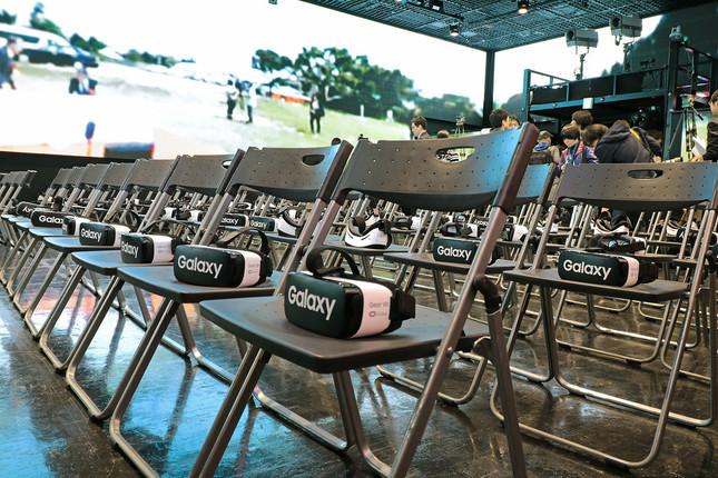 東京会場にいる生徒全員と理事長、理事、来賓向けにヘッド マウントディスプレイ「GearVR」が1台ずつ用意される