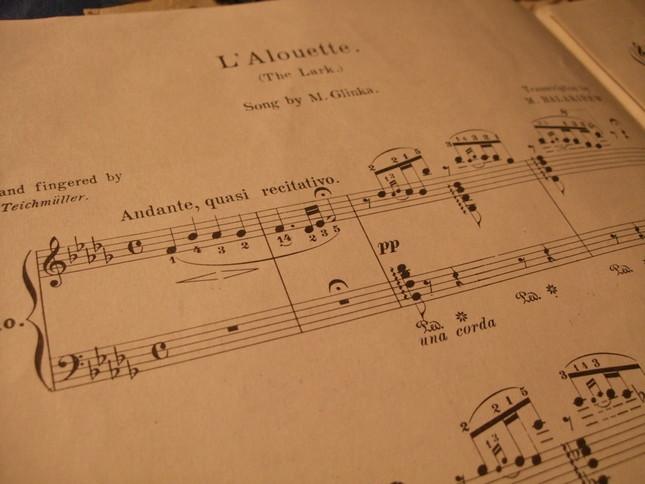 「ひばり」の楽譜。フランス語と英語で題名が記されている