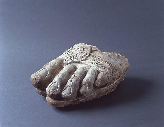「ゼウス神像左足断片」 前3世紀アイ・ハヌム出土、大理石、 流出文化財保護日本委員会保管
