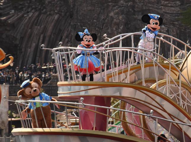 「クリスタル・ウィッシュ・ジャーニー」のダッフィー、ミニーマウス、ミッキーマウス
