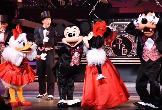 「ビッグバンドビート」のミッキーマウス、ミニーマウス、デイジーダック、グーフィーら