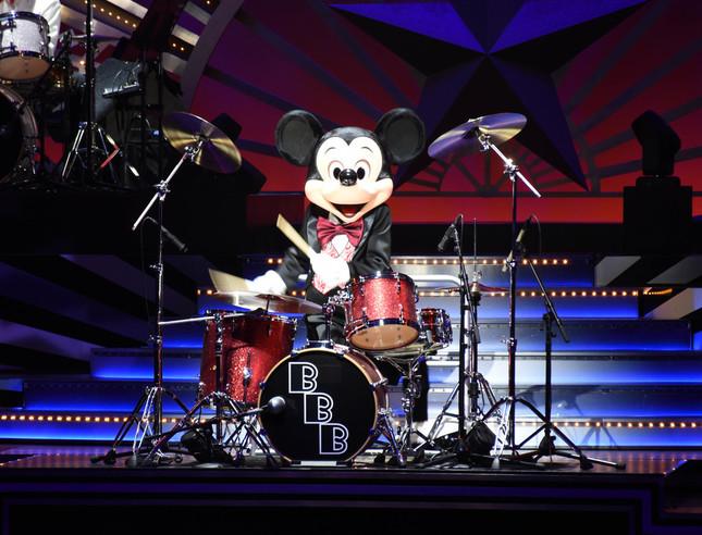 「ビッグバンドビート」でドラムをたたくミッキーマウス