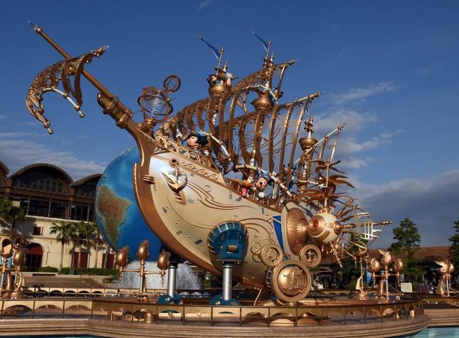 「ディズニーシー・プラザ」で15周年を告げる船のデコレーション「ウィング・オブ・ウィッシュ号」
