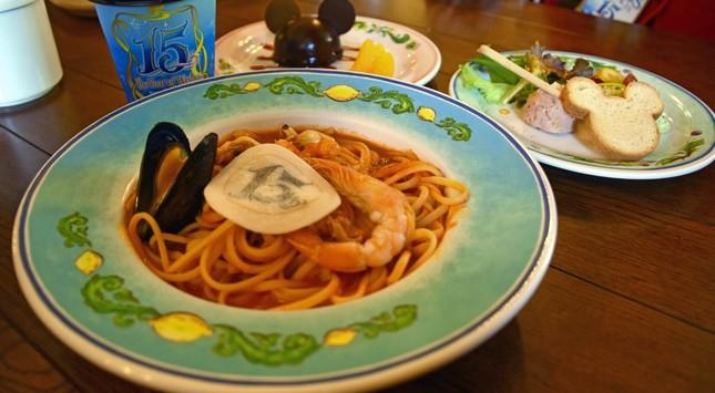 カフェ・ポルトフィーノのスペシャルセット。「リングイネ、シーフードのサルサ・ポモドーロ」と「ミッキーマウスムースケーキ」「2種のディップのクロスティーニとグリッシーニ」