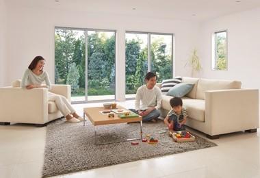一般的なアルミ窓と同じ価格の高性能ハイブリッド窓「サーモスL」(写真は施工例)