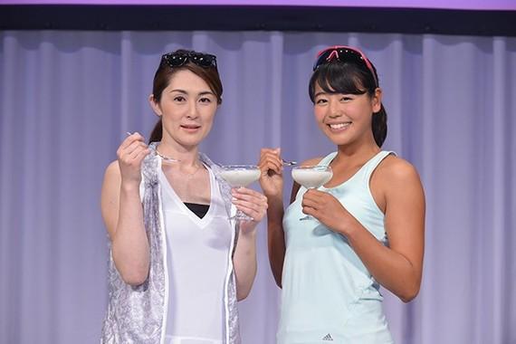 (写真左から)ビーチバレーの菅山かおる選手、坂口佳穗選手