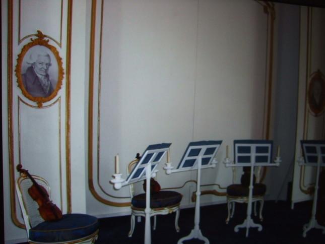 エステルハーザ内部の様子。ハイドンらしき肖像画も見える