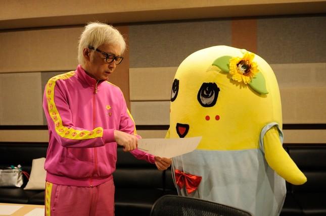 ピンクのジャージ姿は、CMのクリエイティブディレクター・監督を務める箭内道彦さん