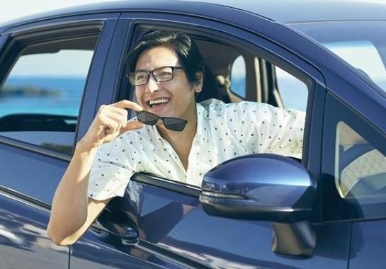 度付きのメガネにカラーレンズのプレートを装着することで度付きサングラスに