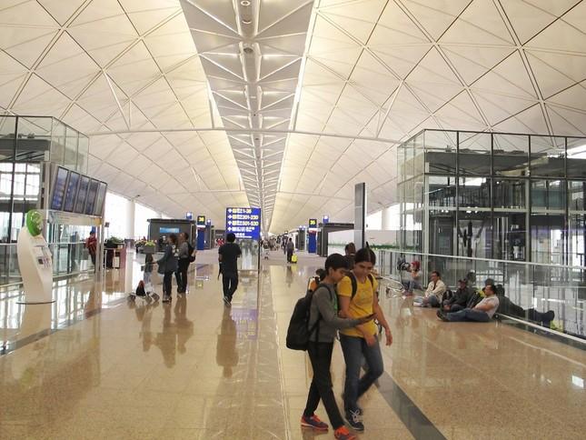 香港国際空港はとにかく広い。レストランやブランドショップも充実している。