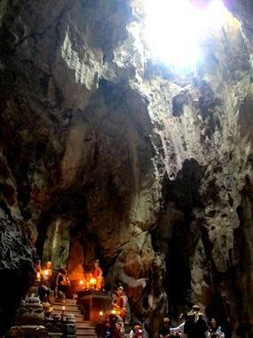 五行山の中にあるフィエンコン洞窟。天井の穴はベトナム戦争時の爆撃で開いたという