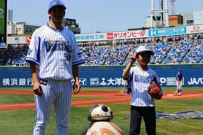 左から下園選手、BB-8、始球式をつとめた石川くん