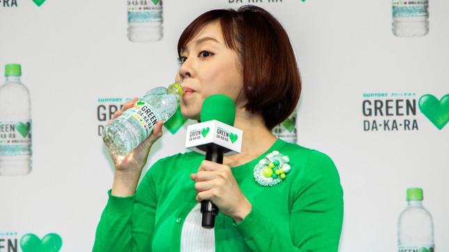 「飲みやすくなった」とリニューアルされた味を称賛する高橋さん