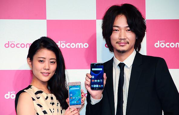 (写真右から)女優の高畑充希さんと俳優の綾野剛さん