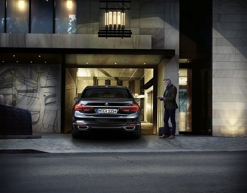 自動運転技術を応用し、車外からの遠隔操作で駐車可能