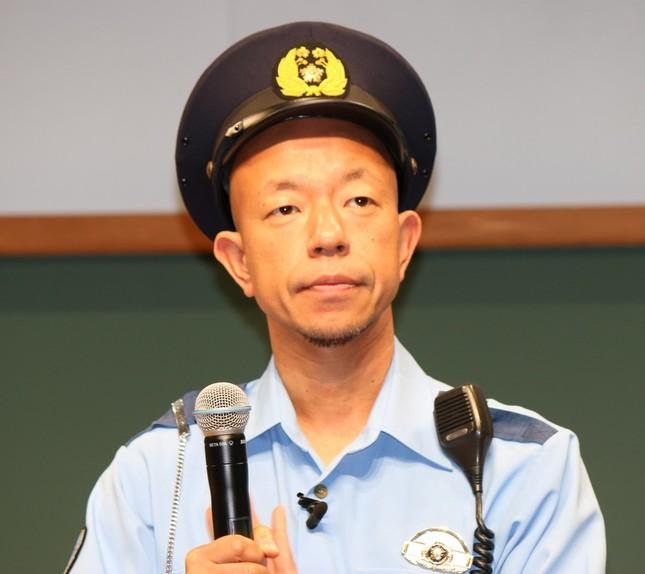 小峠さんは警察官役として登場