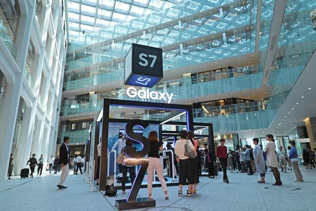 「Galaxy Studio」の場所はKITTE1階。JR東京駅の真ん前という好立地も手伝い、外国人観光客の姿も目立つ