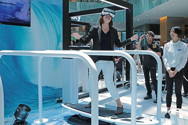 VRの体験中、「私…仲間と一緒にサーフィンしてる!」とつぶやく声が